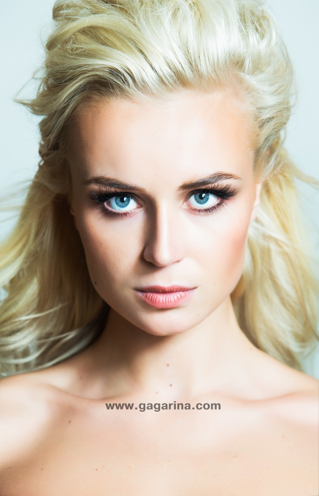 Pregnant Polina Gagarina showed the whole family in the home photo session