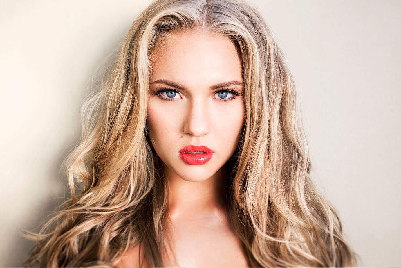 Блондинка сильно арет